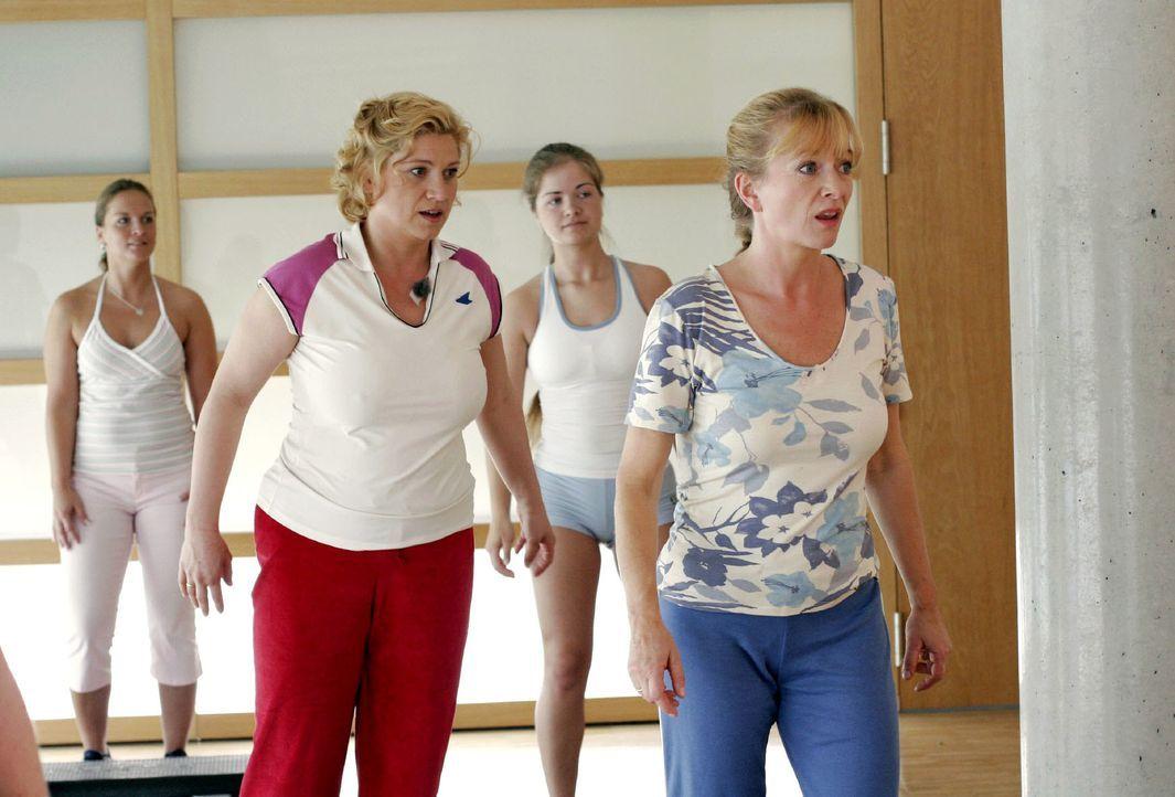 Sport ist Mord: Agnes (Susanne Szell, l.) und Helga (Ulrike Mai, r.) kapitulieren angesichts der Anstrengungen im Fitnessstudio. - Bildquelle: Noreen Flynn SAT.1 / Noreen Flynn