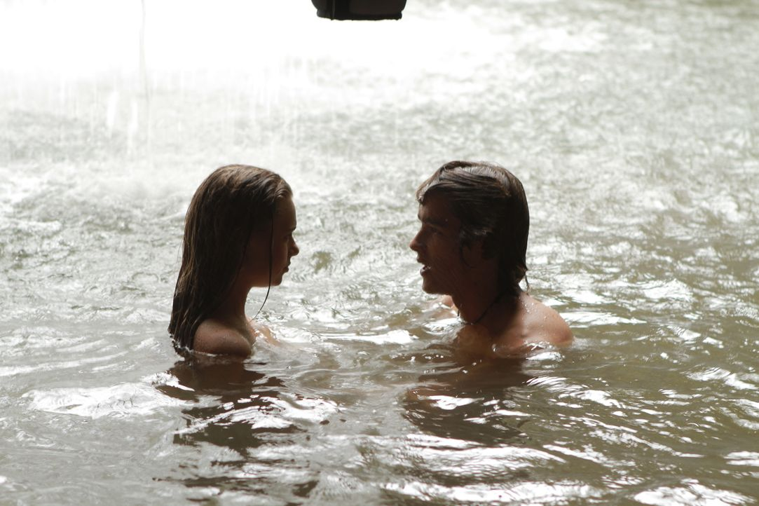 Auf der einsamen Insel entwickelt sich zwischen Emma (Indiana Evans, l.) und Dean (Brenton Thwaites, r.) eine zarte Romanze ... - Bildquelle: 2012 Sony Pictures Television Inc. All Rights Reserved.