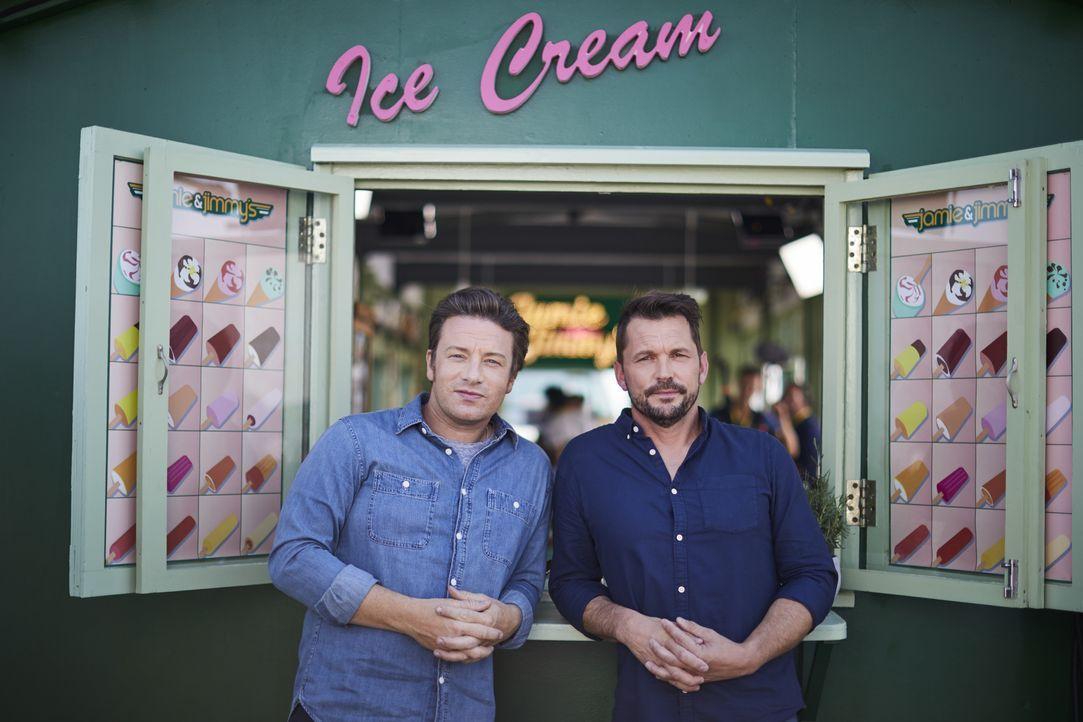 Jamie Oliver (l.); Jimmy Doherty (r.) - Bildquelle: Steve Ryan Jamie Oliver Productions, 2018 / Steve Ryan