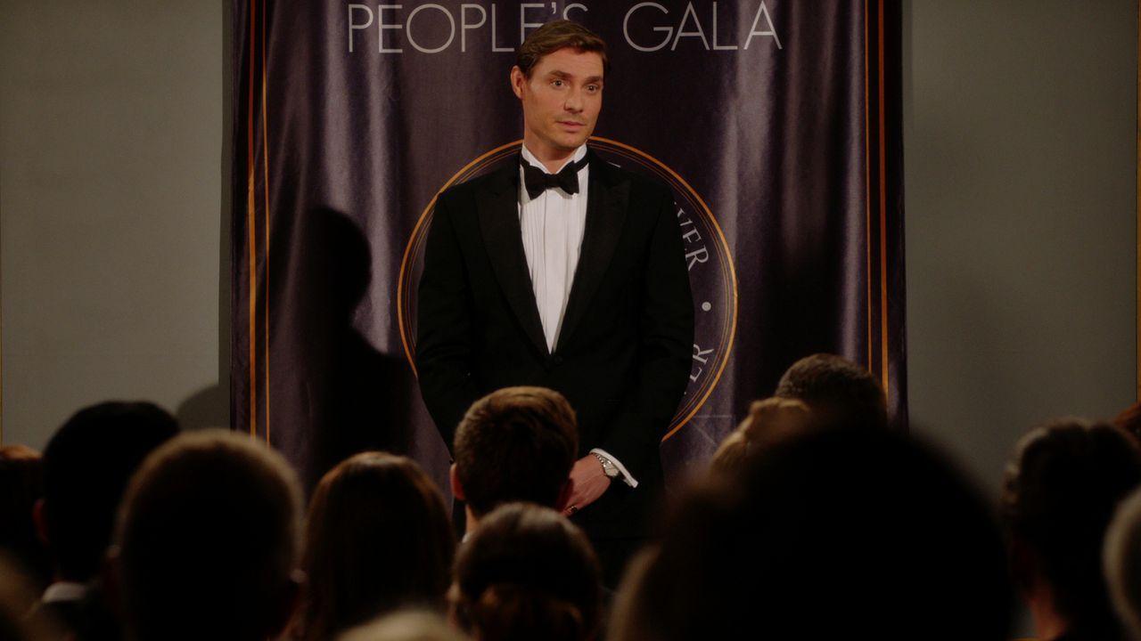 Hat einen Plan, um Kathryn der Öffentlichkeit zu präsentieren: Robert (Max Brown) ... - Bildquelle: 2016 E! Entertainment Television, LLC
