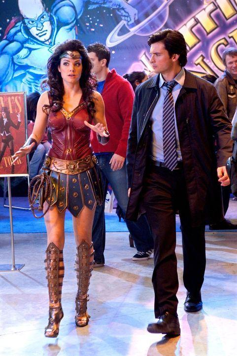 Auf der Convention sind dutzende Menschen verkleidet, um so ihrem Alltag zu entfliehen. Auch Lois (Erica Durance, l.) versucht es, während Clark (To... - Bildquelle: ProSieben MAXX (Komm./PR)