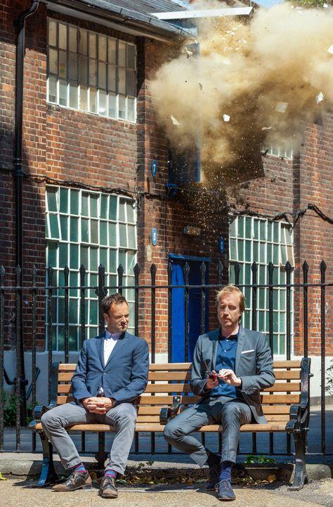 Sherlock Holmes (Jonny Lee Miller, l.) wird nach London gerufen, um einen alten Fall neu aufzurollen. Dort angekommen, trifft er auf seinen älteren... - Bildquelle: CBS Television