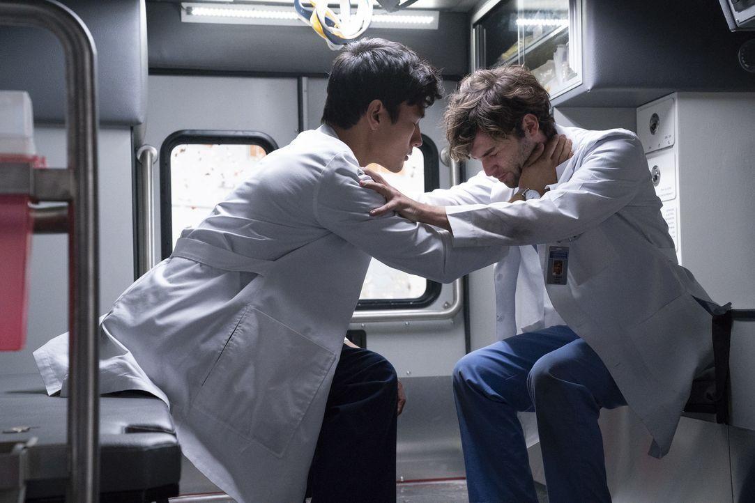 Dr. Nico Kim (Alex Landi, l.); Dr. Levi Schmitt (Jake Borelli, r.) - Bildquelle: Mitch Haaseth ABC Studios / Mitch Haaseth