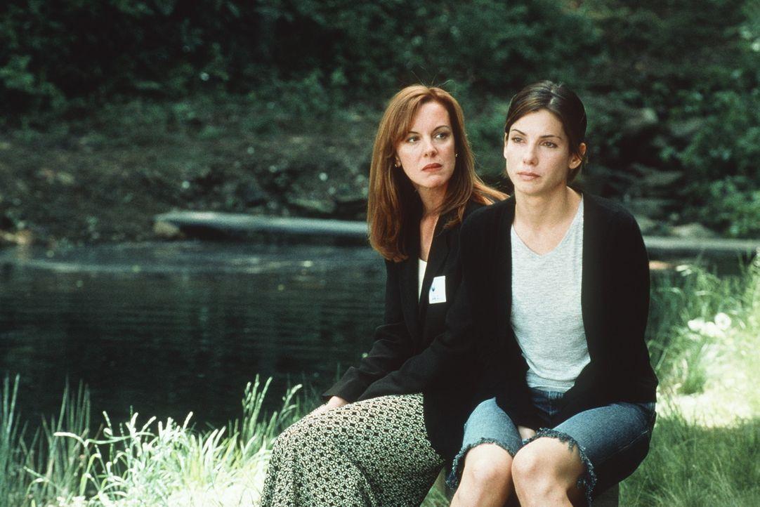 Zwei grundverschiedene Schwestern: Lily (Elizabeth Perkins, l.) und Gwen (Sandra Bullock, r.) ... - Bildquelle: Columbia TriStar Film GmbH