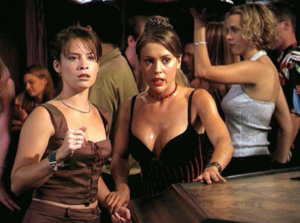 Piper (Holly Marie Combs, l.) und Phoebe (Alyssa Milano, M.) sind auf der Suche nach einem Teufel in Frauengestalt, der es auf das Testosteron der m... - Bildquelle: Paramount Pictures