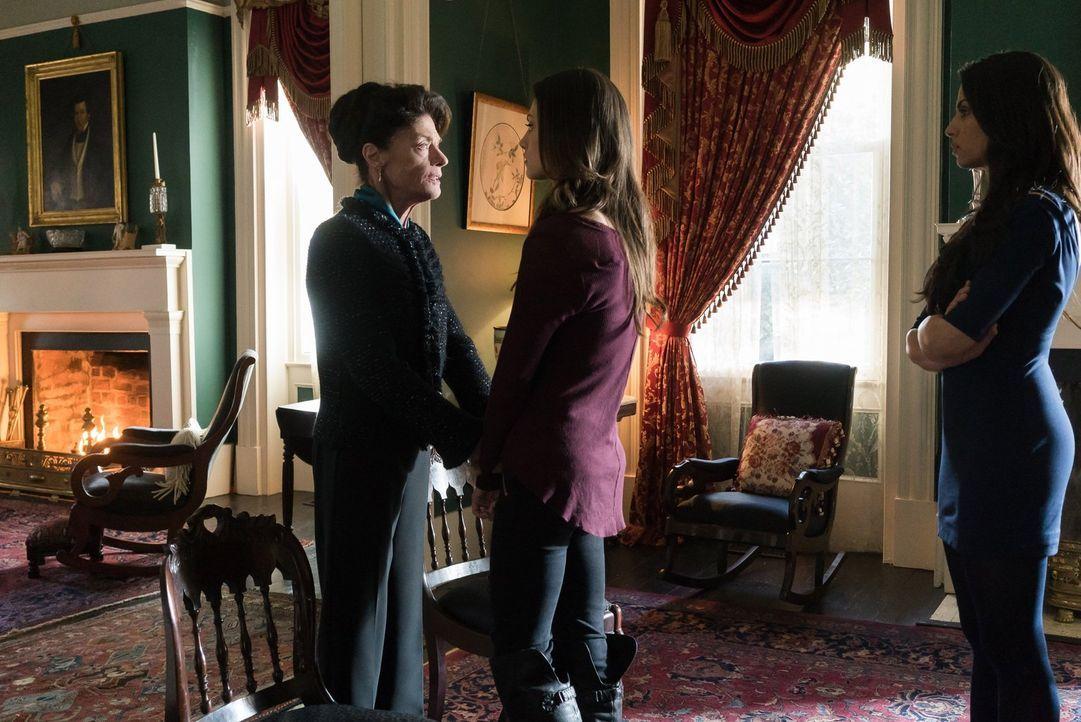 Josephine (Meg Foster, l.) hat erstaunliche und erschreckende Informationen über Evas Vergangenheit und ihre Absichten. Daraufhin wird Hayley (Phoeb... - Bildquelle: Warner Bros. Entertainment, Inc