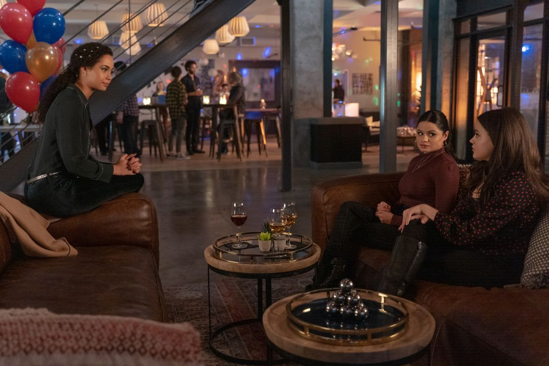(v.l.n.r.) Macy Vaughn (Madeleine Mantock); Mel Vera (Melonie Diaz); Maggie Vera (Sarah Jeffery) - Bildquelle: Colin Bentley 2019 The CW Network, LLC. All Rights Reserved. / Colin Bentley
