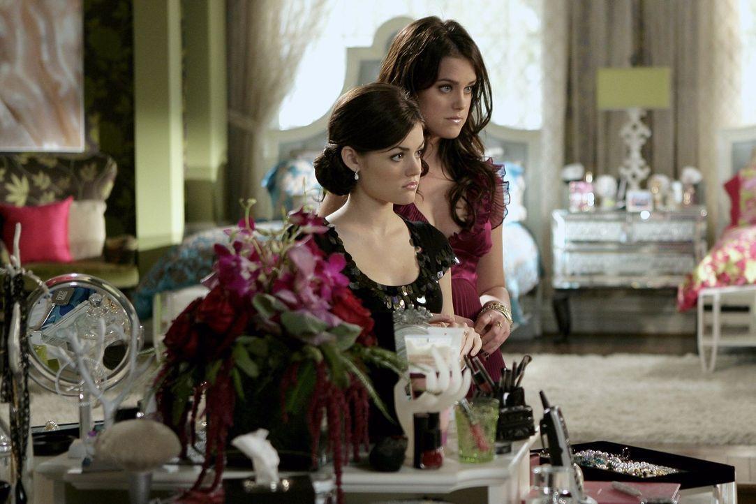 Sage (Ashley Newbrough, r.) muss langsam einsehen, dass ihr Wunsch nach Berühmtheit ihr Privatleben und das ihrer Schwester Rose (Lucy Hale, l.) zer... - Bildquelle: Warner Bros. Television