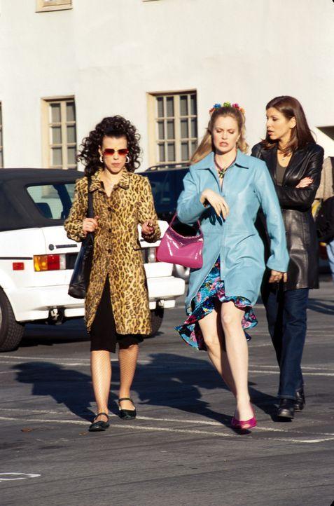 Nachdem Lydias (Heather Paige Kent, r.) Auto nicht mehr laufen wollte, kommen ihre Freunde  Jackie  (Debi Mazar, l.) und Candy (Kristin Bauer, M.) z... - Bildquelle: CBS Television