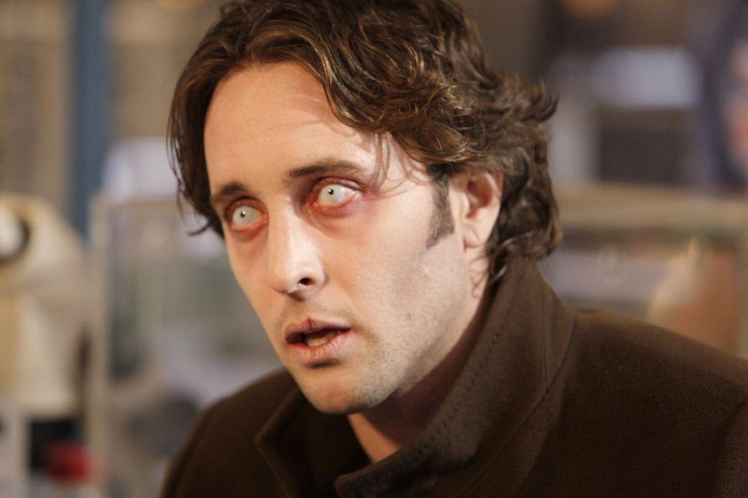 Auf der Suche nach seiner Frau, die aus dem Krankenhaus verschwunden ist, muss Mick (Alex O'Loughlin) viele Umwege in Kauf nehmen. Hinzu kommt, dass... - Bildquelle: Warner Brothers