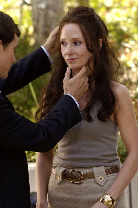 Sean (Dylan Walsh, l.) versucht Nicole Moretti (Anne Heche, r.), die Angst vor den bevorstehenden Operationen zu nehmen ... - Bildquelle: TM and   2005 Warner Bros. Entertainment Inc. All Rights Reserved.
