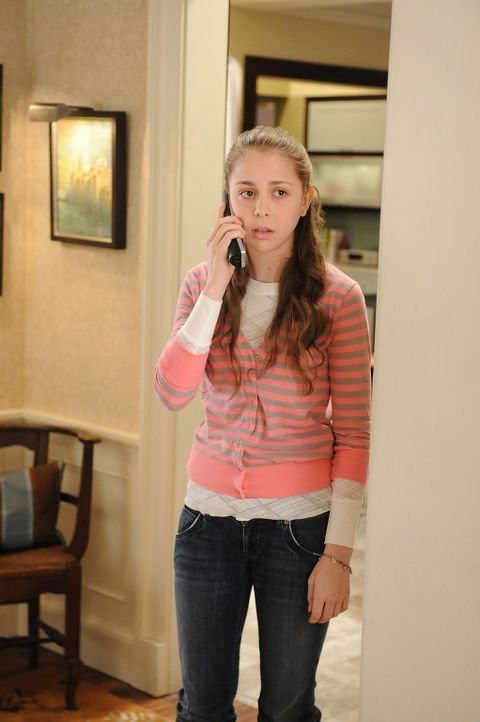 Grace (Makenzie Vega) versucht ihren Vater daran zu hindern, das Haus zu verlassen. Aber dieser lässt sich nicht mehr stoppen ... - Bildquelle: CBS Studios Inc. All Rights Reserved.