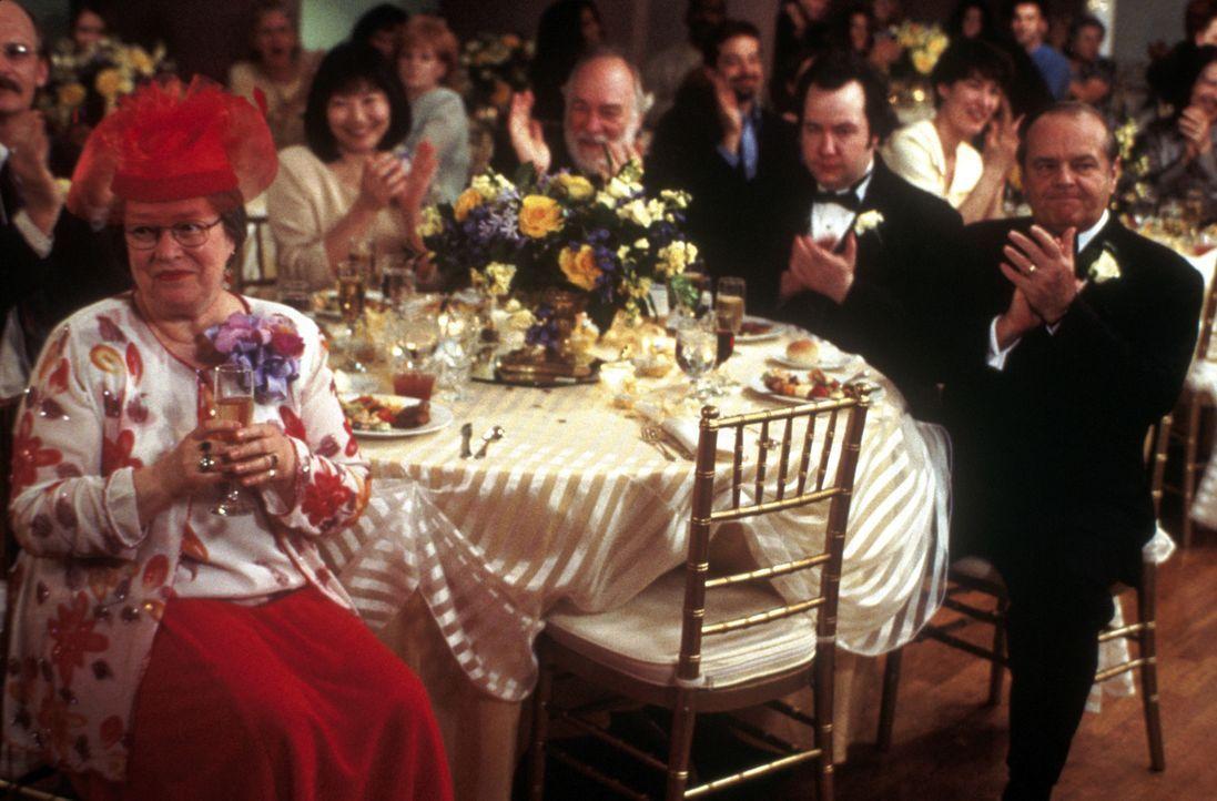 Die Hochzeitsfeierlichkeiten seiner Tochter lässt Warren Schmidt (Jack Nicholson, r.) mit Würde über sich ergehen, wogegen Roberta (Kathy Bates,... - Bildquelle: New Line Cinema