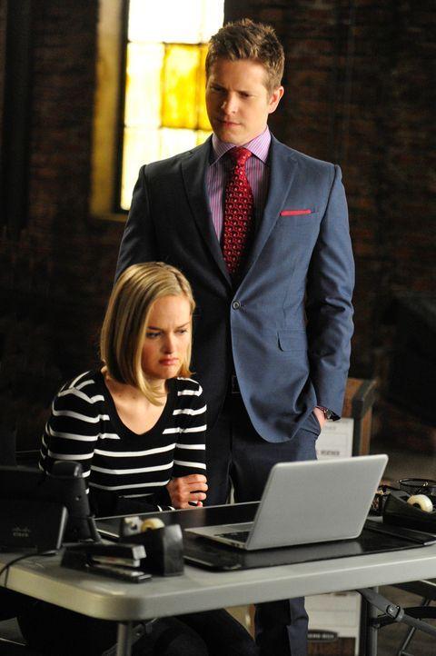 Robyn (Jess Weixler, l.) hilft Cary (Matt Czuchry, r.) dabei, die Website im Auge zu behalten ... - Bildquelle: John Paul Filo 2013 CBS Broadcasting Inc. All Rights Reserved.