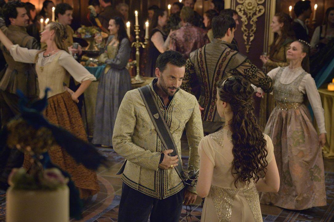 Narcisse (Craig Parker, l.) macht der schönen Lola (Anna Popplewell, r.) den Hof, doch auf eine Heirat hat er es nicht abgesehen ... - Bildquelle: Ben Mark Holzberg 2014 The CW Network, LLC. All rights reserved.