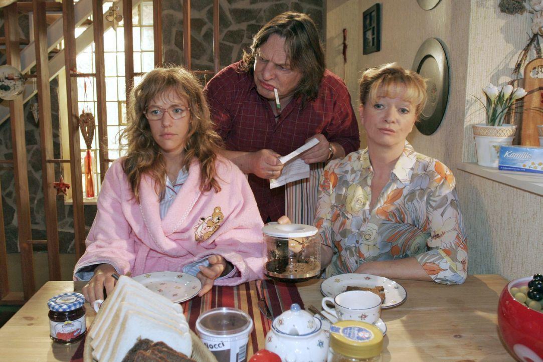 Helga (Ulrike Mai, r.) und Bernd (Volker Herold, M.) wollen wissen, wie der Abend mit Rokko für Lisa (Alexandra Neldel, l.) gelaufen ist. (Dieses Fo... - Bildquelle: Noreen Flynn SAT.1 / Noreen Flynn