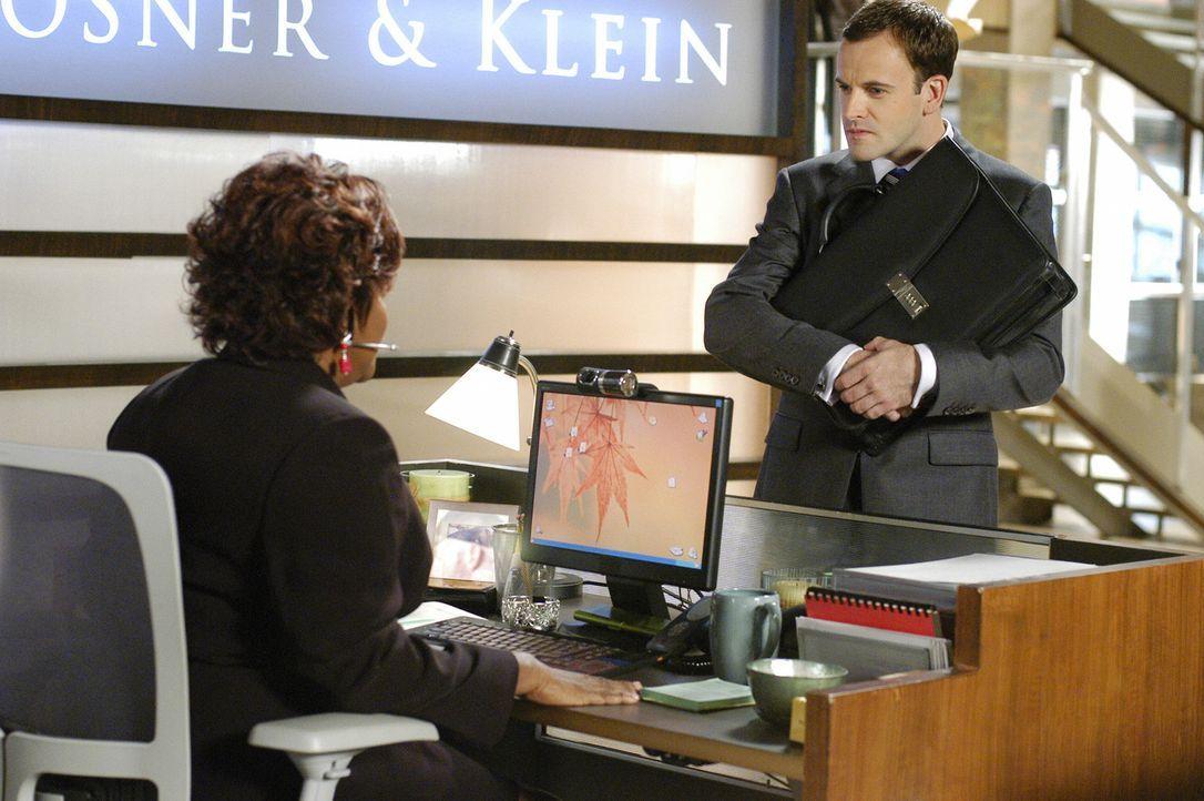 Patti (Loretta Devine, l.) kann nicht verstehen, warum Eli (Jonny Lee Miller, r.) den gefühlskalten Unternehmer vertreten will. Der Anwalt hat jedoc... - Bildquelle: Disney - ABC International Television