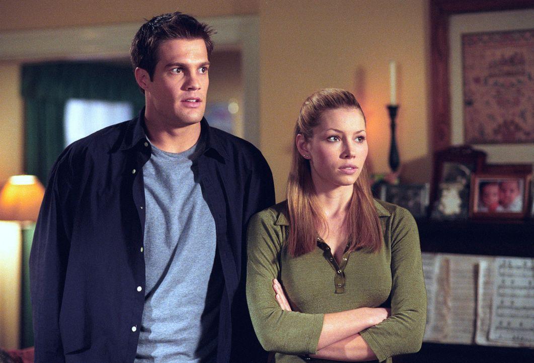 Mary (Jessica Biel, r.) kommt spontan aus Buffallo nach Glenoak, um ihren Eltern ihre neue Liebe Ben (George Stults, r.) zu präsentieren ... - Bildquelle: The WB Television Network