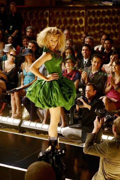 Während sich Blair ärgert, ist Serena (Blake Lively) der Held der Modenschau ... - Bildquelle: Warner Brothers