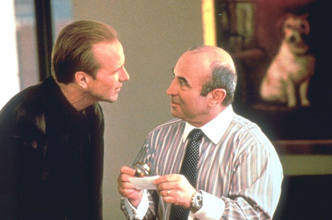 Frank Quinlan (William Hurt, l.) erkundigt sich bei dem Zeitungsverleger Vartan Malt (Bob Hoskins, r.) über den ungewöhnlichen Gast im Hause der W... - Bildquelle: Warner Brothers