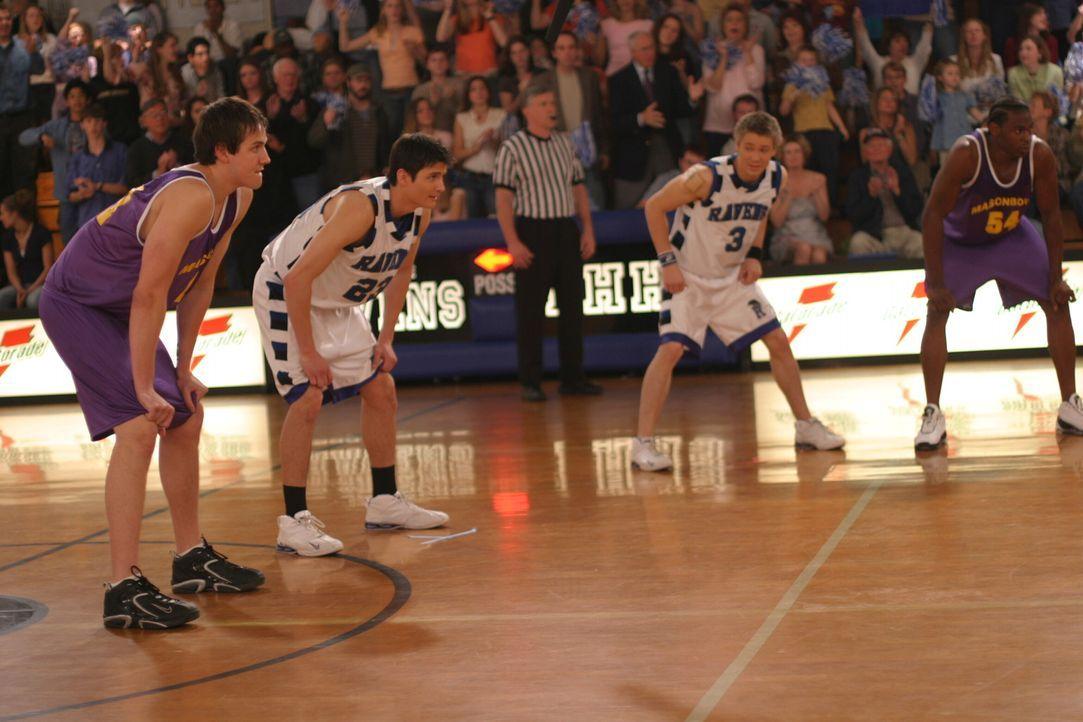 Nathan (James Lafferty, 2.v.l.) und Lucas (Chad Michael Murray, 2.v.r.) geben alles, um das Spiel zu gewinnen ... - Bildquelle: Warner Bros. Pictures