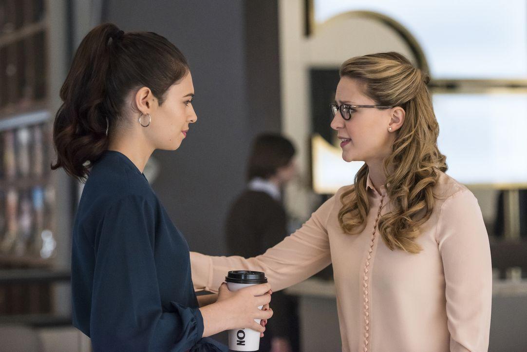 Nia Nal (Nicole Maines, l.); Kara (Melissa Benoist, r.) - Bildquelle: Kailey Schwerman 2018 The CW Network, LLC. All Rights Reserved.