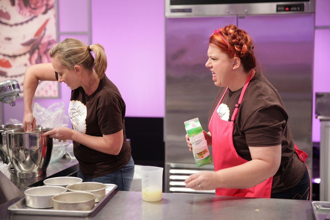 "Sind sich Bäckerin Viki Cane (l.) und ihre Assistentin Reva Alexander-Hawk (r.) wirklich einig darüber, wie sie ihren ""Hello Kitty"" Kuchen machen wo... - Bildquelle: 2015, Television Food Network, G.P. All Rights Reserved"