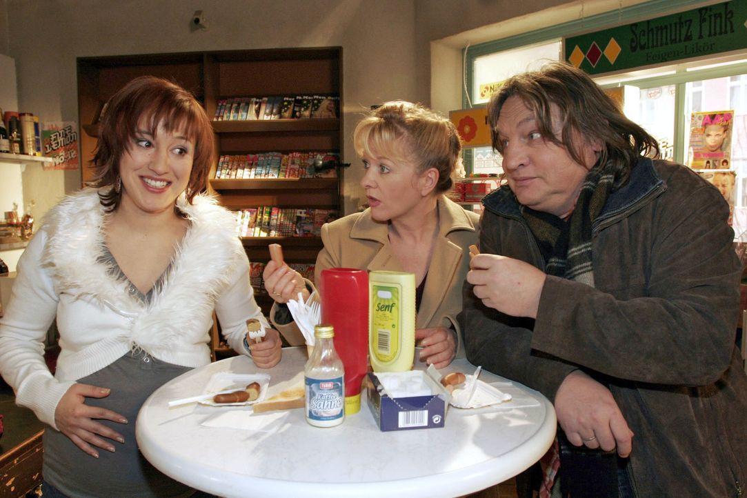 Yvonne (Bärbel Schleker, l.), Helga (Ulrike Mai, M.) und Bernd (Volker Herold, r.) mutmaßen, dass die auffallend wissbegierige Lisa auf der Suche na... - Bildquelle: Noreen Flynn SAT.1 / Noreen Flynn
