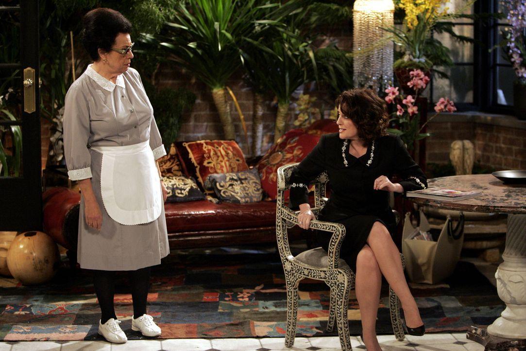 Karen (Megan Mullally, r.) beklagt sich bei Rosario (Shelley Morrison, l.) über den Spanner vor ihrem Haus ... - Bildquelle: Chris Haston NBC Productions