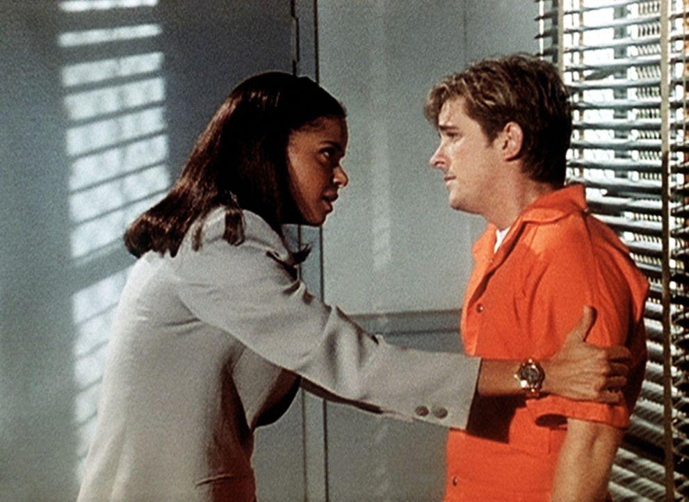 Amanda (Victoria Rowell, l.) beruhigt Jesse (Charlie Schlatter), der wegen Mordverdachtes im Gefängnis sitzt. - Bildquelle: Viacom