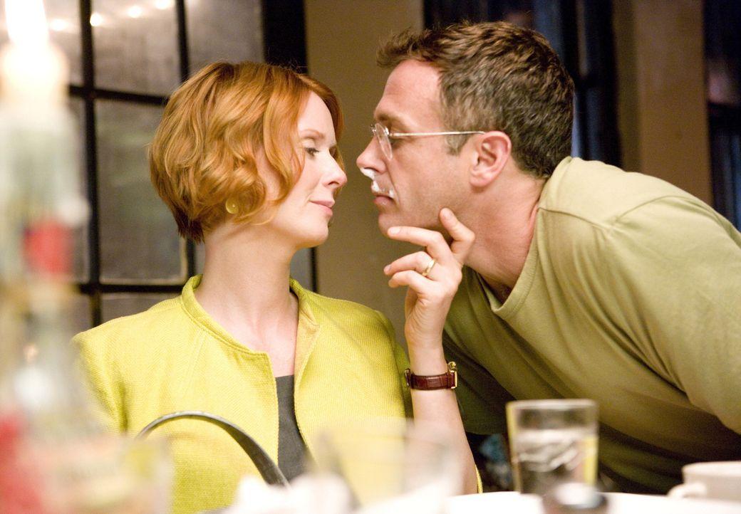 Steve (David Eigenberg, r.) gelingt es, der völlig gestressten Miranda (Cynthia Nixon, l.) ein Lächeln auf die Lippen zu zaubern ... - Bildquelle: Warner Brothers