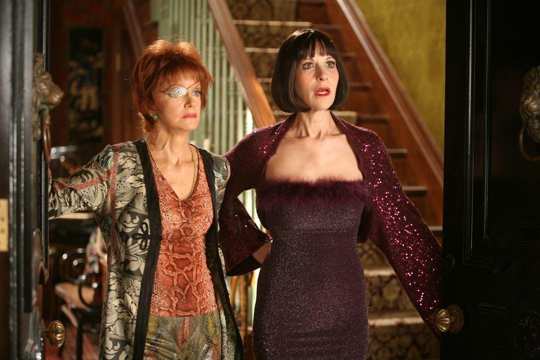 Vivian (Ellen Greene, r.) kommt nicht über das Verschwinden von Dwight Dixon hinweg. Ihre Schwester Lily (Swoosie Kurtz, l.) sieht die Sache eher s... - Bildquelle: Warner Brothers