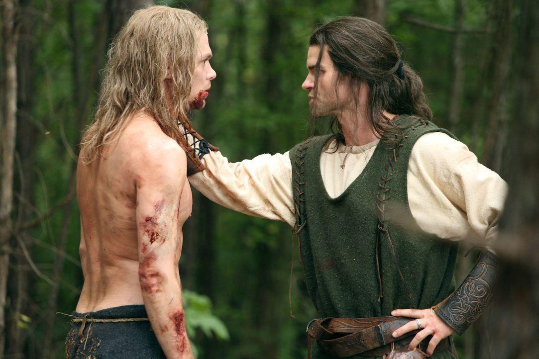 Esther bringt Elijah (Daniel Gillies, r.) zurück, um ihm zu zeigen, dass er und auch Klaus (Joseph Morgan, l.) mit einem Fluch belegt und nicht mit... - Bildquelle: Warner Bros. Television