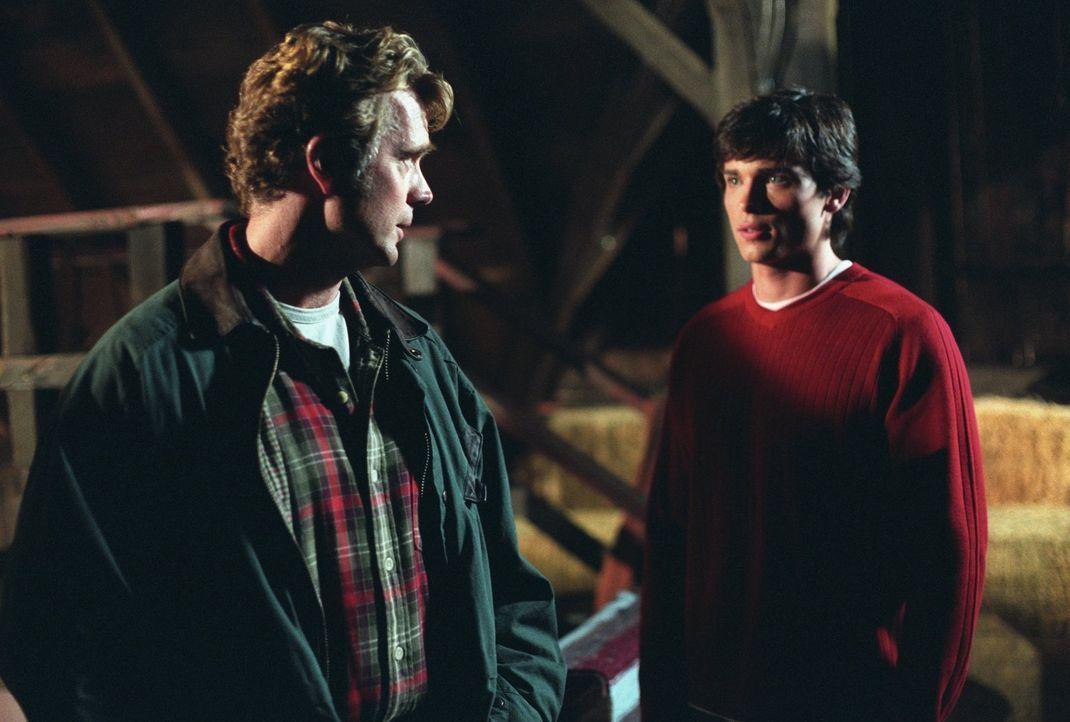 Auch, wenn Jonathan (John Schneider, l.) nicht Clarks (Tom Welling, r.) leiblicher Vater ist, sind sie sich sehr nah ... - Bildquelle: Warner Bros.