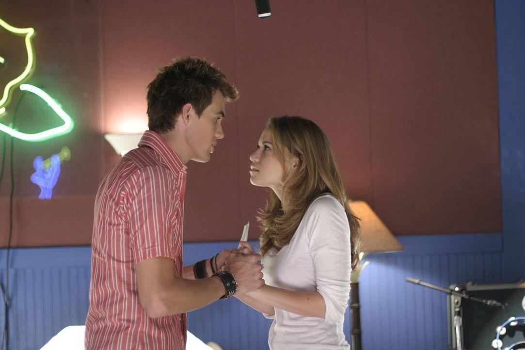 Chris (Tyler Hilton, l.) wird von seinen Gefühlen völlig übermannt, als er Haley (Bethany Joy Galeotti, r.) sieht ... - Bildquelle: Warner Bros. Pictures