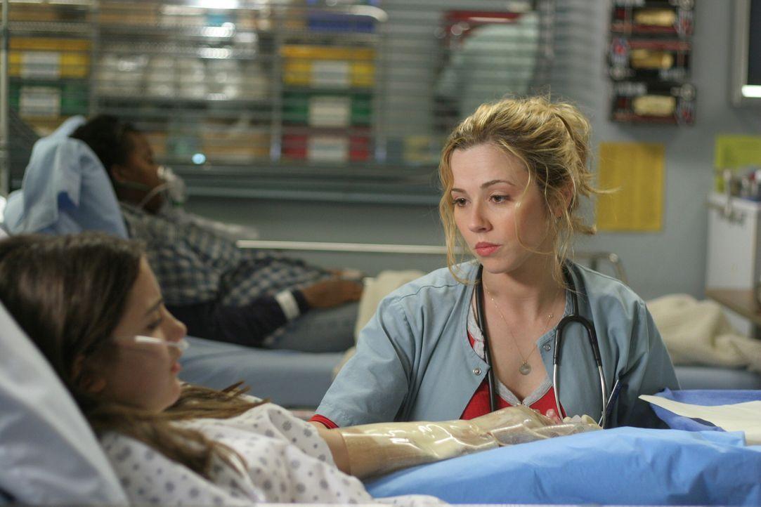 Sam (Linda Cardellini, r.) vermutet, dass Megan (Alexa Nikolas, l.) von ihren Eltern vernachlässigt wird und möglicherweise das Feuer gelegt hat, um... - Bildquelle: WARNER BROS