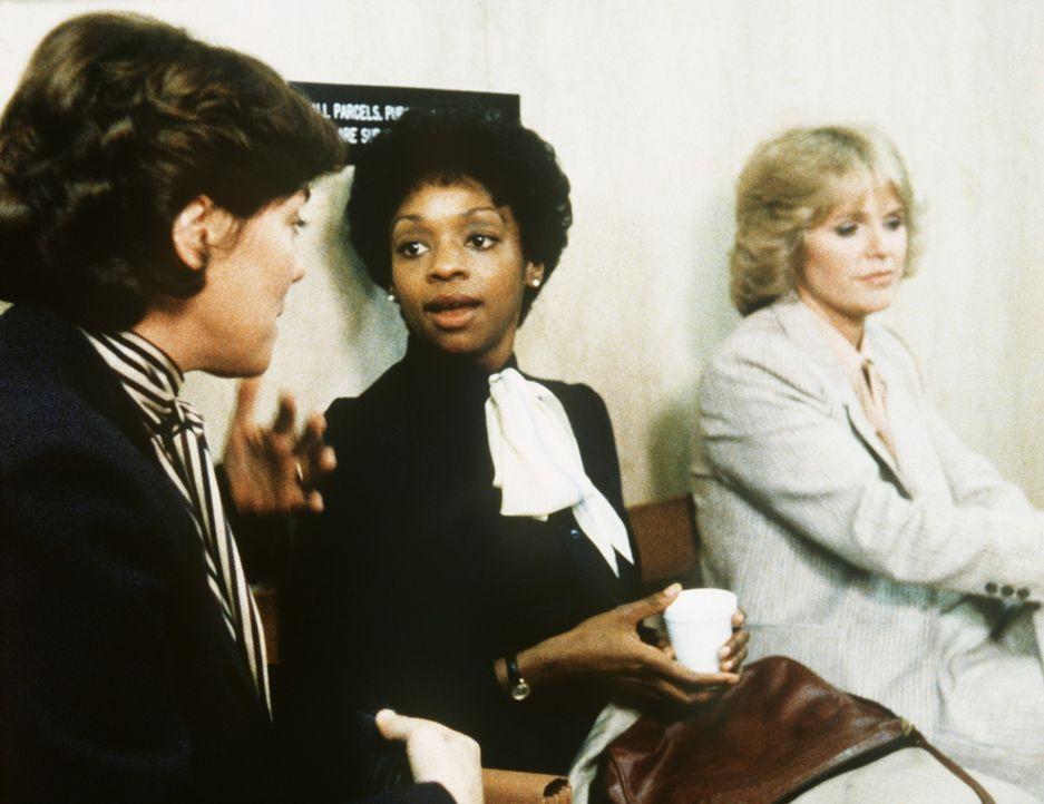 Cagney (Sharon Gless, r.) und Lacey (Tyne Daly, l.) versuchen behutsam Elizabeth (Jonelle Allen) zu überreden, noch einmal in Berufung zu gehen. - Bildquelle: ORION PICTURES CORPORATION. ALL RIGHTS RESERVED.