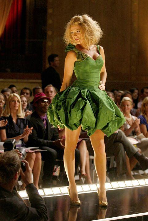 Muss als Model Jenny aus der Patsche helfen: Serena (Blake Lively) ... - Bildquelle: Warner Brothers