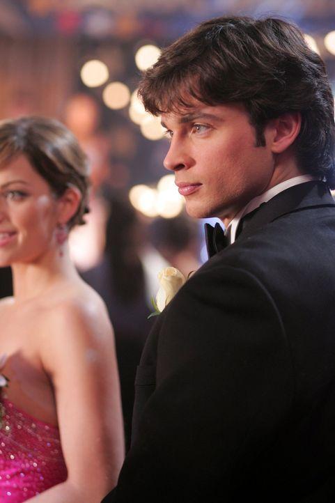 Nachdem fast alle Schüler der Smallville High vom Geist einer Mitschülerin beherrscht werden, geht Clark (Tom Welling, r.) der Sache auf den Grund,... - Bildquelle: Warner Bros.