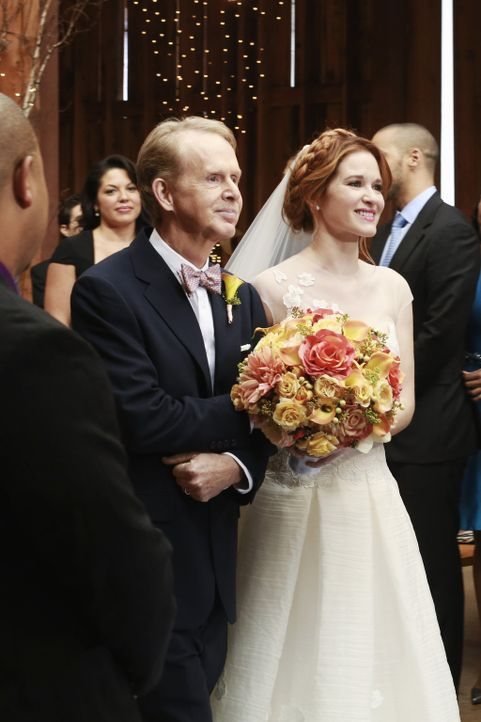 Endlich ist der große Tag da: April (Sarah Drew, r.) tritt vor den Altar, doch dort kommt alles anders als geplant ... - Bildquelle: ABC Studios