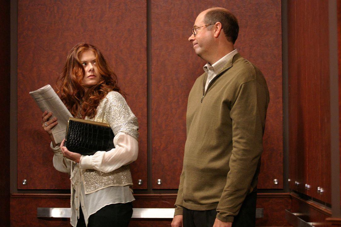 Grace (Debra Messing, l.) hat Angst sich mit dem neuen Mieter Ned (Stephen Tobolowsky, r.) was ans Bein zu binden ... - Bildquelle: Justin Lubin 2003 NBC, Inc. All rights reserved.