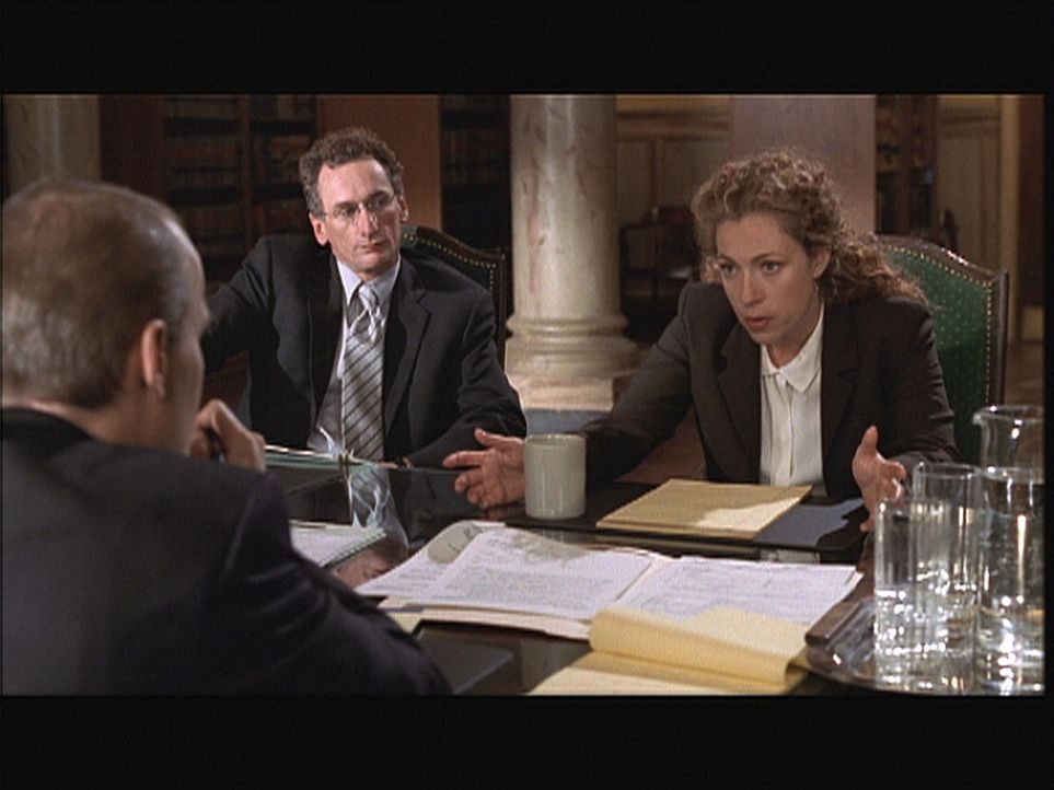 Corday (Alex Kingston, r.) muss sich wegen eines Kunstfehlers vor dem Anwalt eines Patienten verantworten. - Bildquelle: TM+  2000 WARNER BROS.