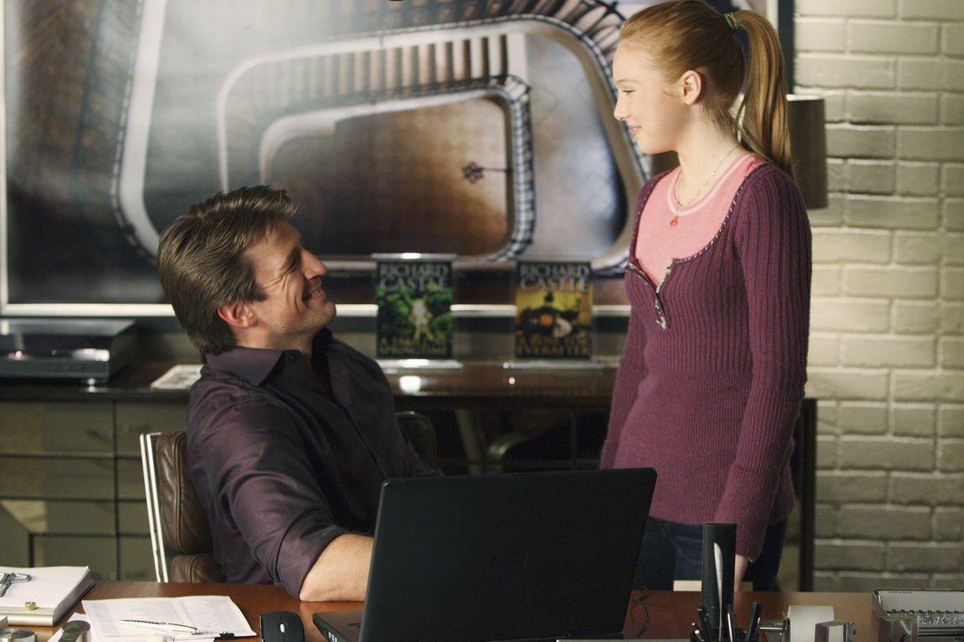Alexis (Molly C. Quinn, r.) fragt ihren Vater (Nathan Fillion, r.) bezüglich der attraktiven Polizistin Kate Beckett aus ... - Bildquelle: 2008 American Broadcasting Companies, Inc. All rights reserved