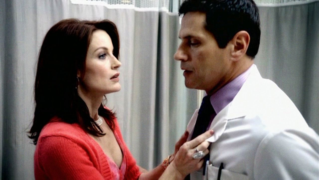 Sydney (Laura Leighton, l.) droht Dr. Michael Mancini (Thomas Calabro, r.) und etwas später wird sie tot im Pool gefunden. Kann das ein Zufall sein? - Bildquelle: 2009 The CW Network, LLC. All rights reserved.
