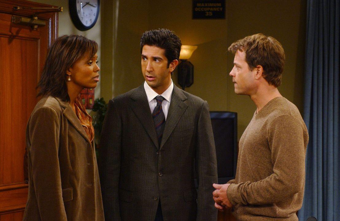 Ross (David Schwimmer, M.) muss bei Charlies (Aisha Tyler, l.) Ex-Freund Dr. Hobart (Greg Kinnear, r.) eine Prüfung bestehen um ein Forschungsstipen... - Bildquelle: 2003 Warner Brothers International Television