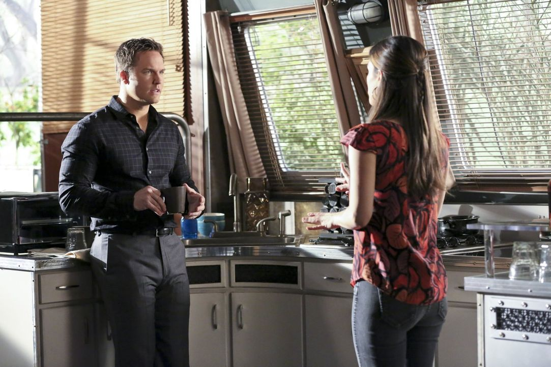 Während Zoes (Rachel Bilson, r.) Versuche in Sachen Online-Dating scheitern, versucht George (Scott Porter, l.) Tansy mit allen Mitteln zu beweisen,... - Bildquelle: Warner Brothers