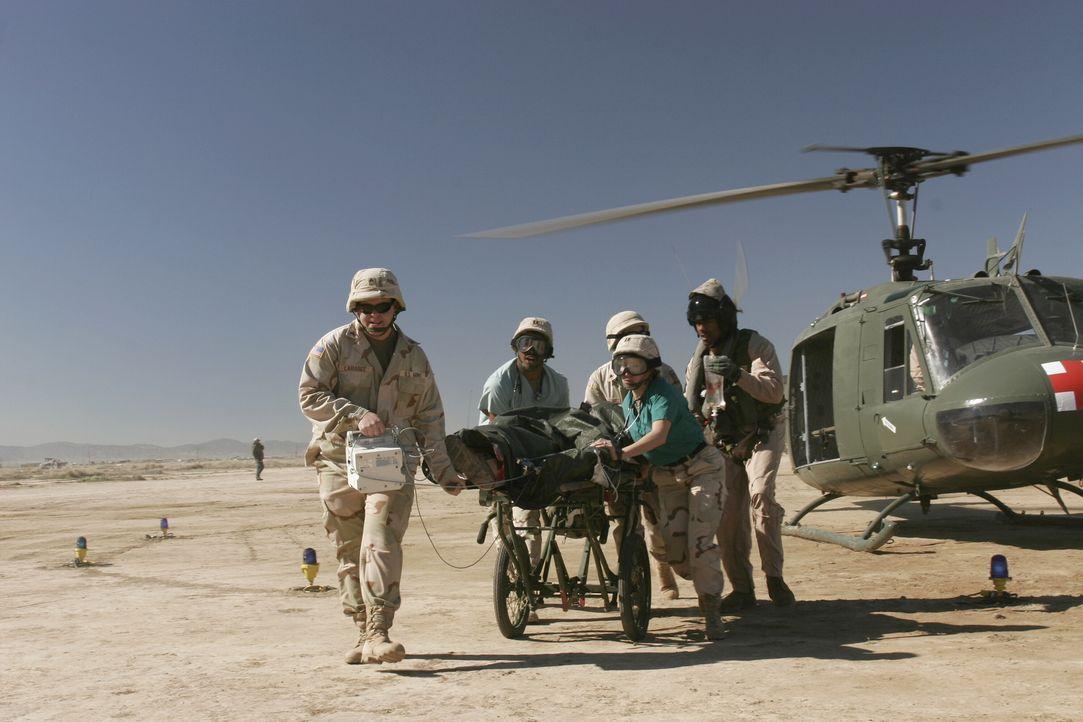 Ein Wettlauf mit der Zeit: Michael (Sharif Atkin, 2.v.l.) und seine Kollegen versuchen einen verwundeten Soldaten zu retten ... - Bildquelle: WARNER BROS