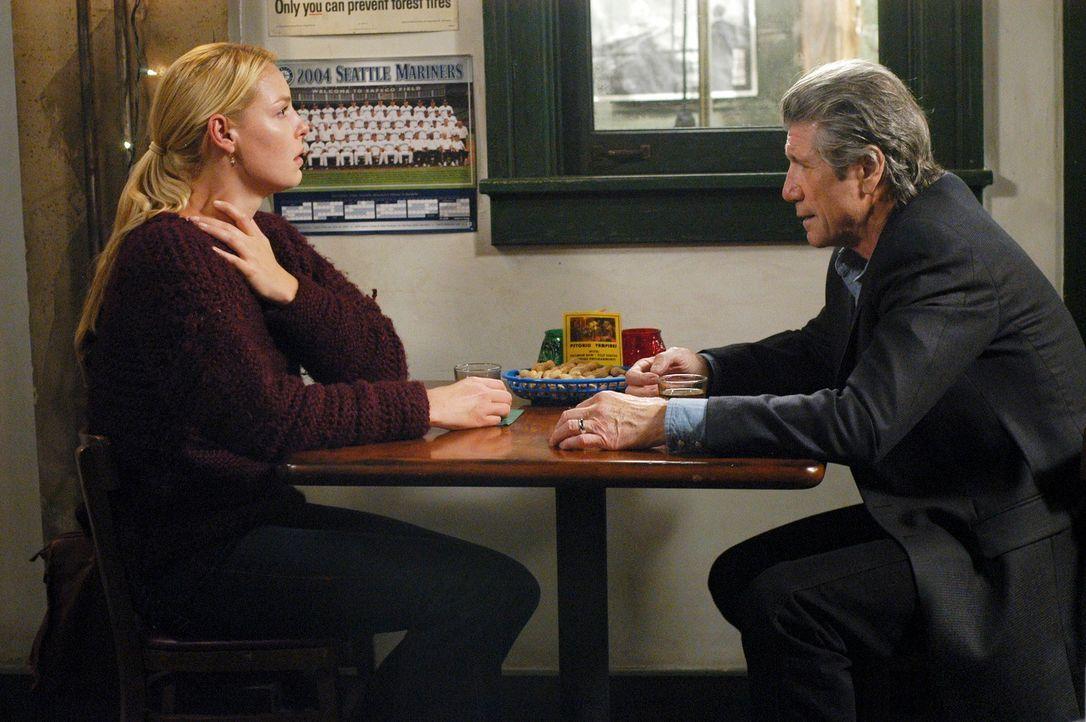 Izzie (Katherine Heigl, l.) trifft sich mit Dennys Vater (Fred Ward, r.) der die Verlobte seines Sohnes näher kennen lernen möchte, vor allem aber w... - Bildquelle: Touchstone Television