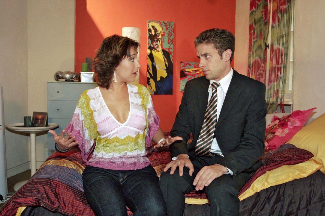 Max (Alexander Sternberg, r.) hat andere Ansichten über Yvonnes (Bärbel Schleker, l.) Outfit für den  Geburtsvorbereitungskurs - und bittet sie, ihm... - Bildquelle: Noreen Flynn SAT.1 / Noreen Flynn