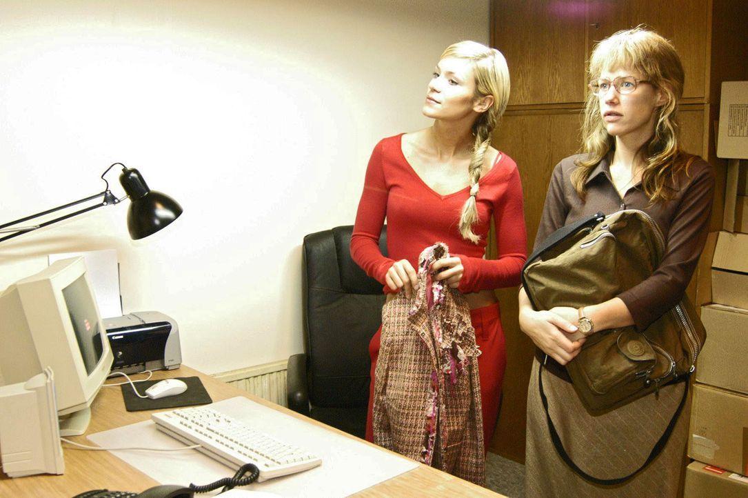 Völlig arglos lässt sich Lisa (Alexandra Neldel, r.) von Sabrina (Nina-Friederike Gnädig, l.) in ihr neues Büro - ein fensterloser, kalter Raum - ei... - Bildquelle: Noreen Flynn SAT.1 / Noreen Flynn